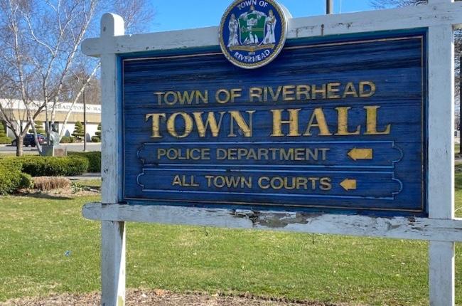 Municipio de Riverhead actúa sobre quejas de vivienda ilegal y emite citaciones a propietaria de casa en Raynor Avenue