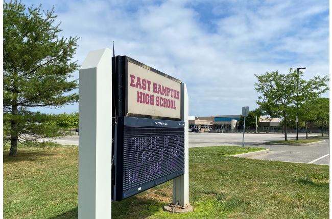 Escuela Secundaria de East Hampton confirma sexto caso de COVID-19; El plantel permanecerá cerrado a clases presenciales por el resto de la semana
