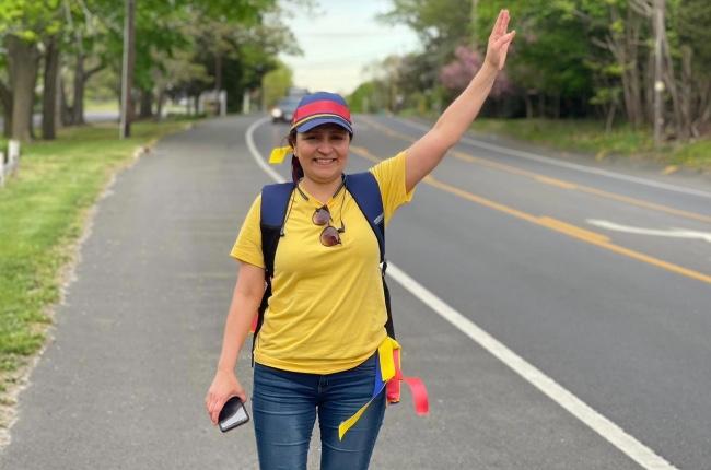 """Caminante colombiana va """"a pie"""" desde Hampton Bays hasta Manhattan en señal de solidaridad con la situación de su país"""