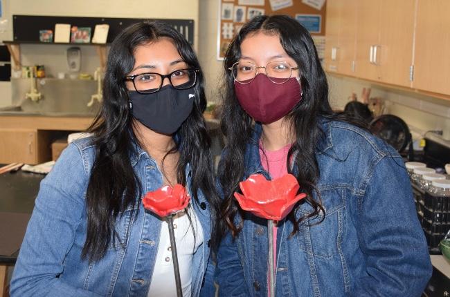 Estudiantes de Riverhead crean un campo de amapolas en cerámica en honor al Día de los caídos