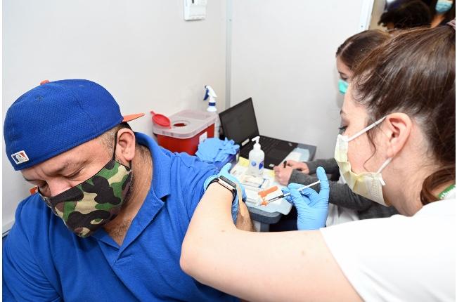 """Estado lanza programa """"Vax & Scratch"""" que otorga boletos de lotería para raspar, a quienes se hagan vacunar"""