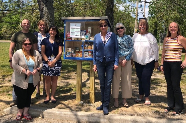 Junta de la juventud de Southampton instala la primera de varias pequeñas despensas de alimentos que ubicarán en puntos estratégicos de la localidad