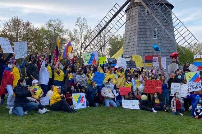 Colombianos del East End protestan desde la distancia por la situación que aqueja a su país