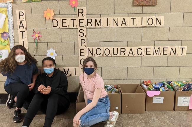 Estudiantes de Escuela Primaria Pulaski Street lideran campaña de recolección de alimentos para los más necesitados