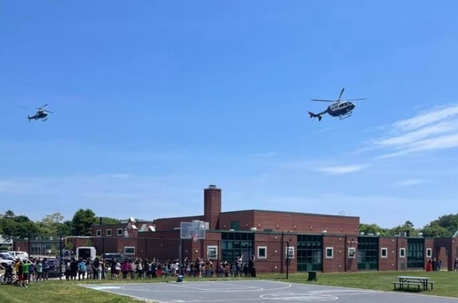 Los estudiantes del Distrito Escolar de East Quogue vivieron un día inolvidable entre helicópteros de la policía, uniformes y agentes caninos