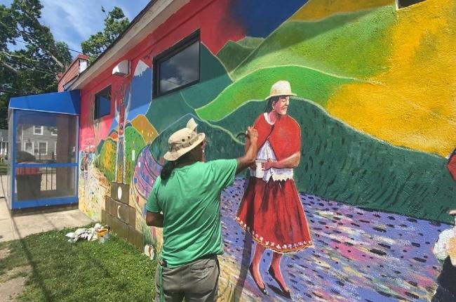 Muralista Ecuatoriano Segundo Orellana llena de color una concurrida esquina de Patchogue para resaltar las bellezas de su país