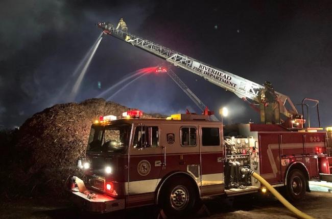 Los bomberos combatieron durante la noche un gran incendio en una montaña de abono en Calverton